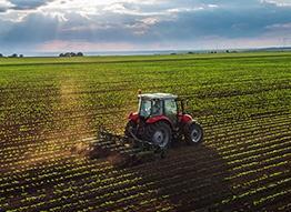 traktor uprawia pole